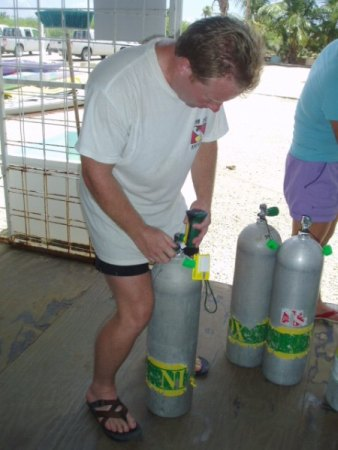 Checking the nitrox level in teh scuba tank