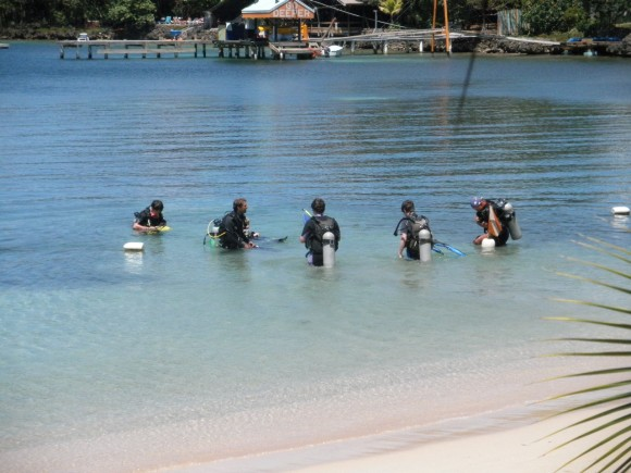 Scuba diving lesson in Raotan, Honduras