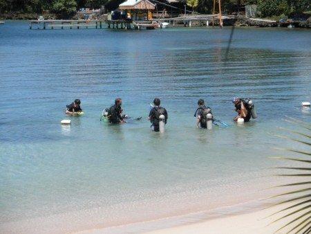 scuba diving lesson in West End roatan